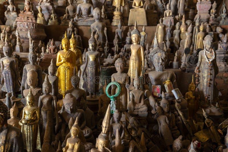 Closeup av Buddhastatyer på Pak Ou Caves arkivbilder