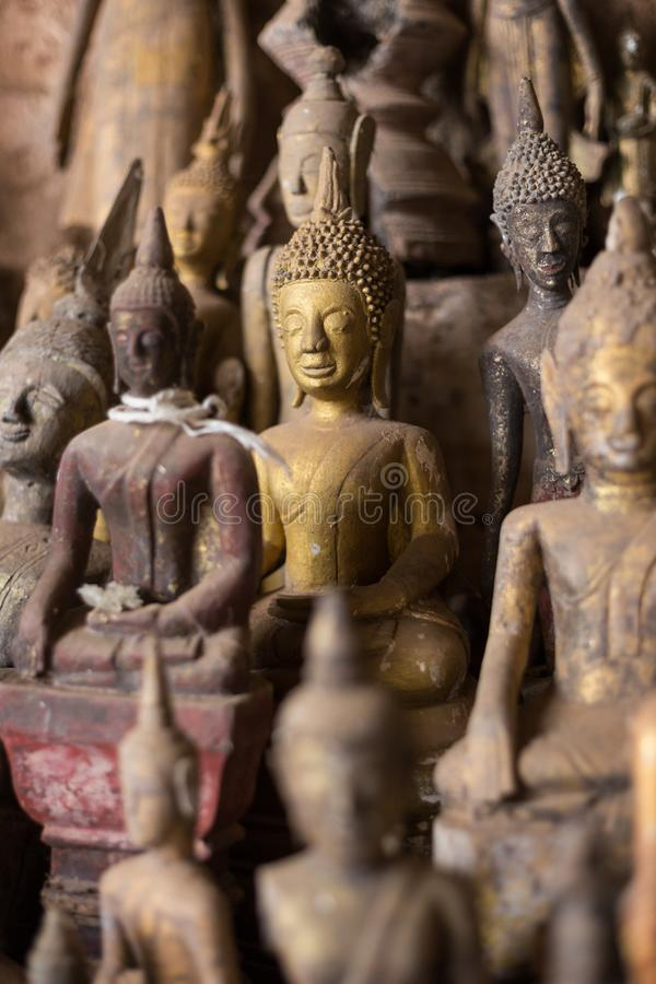 Closeup av Buddhastatyer på Pak Ou Caves royaltyfria foton