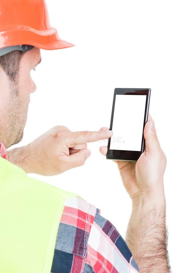 Closeup av byggmästaren som arbetar på mobiltelefonen royaltyfria bilder