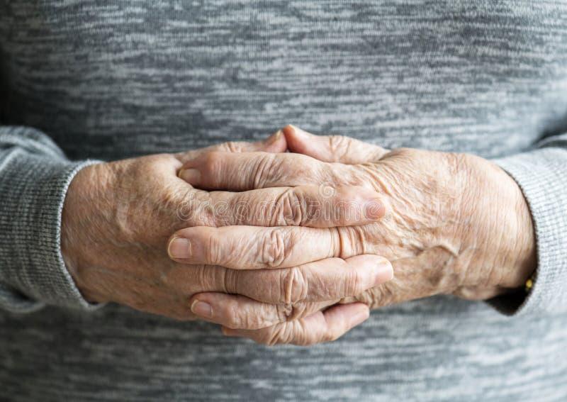 Closeup av caucasian kvinnliga åldringhänder fotografering för bildbyråer