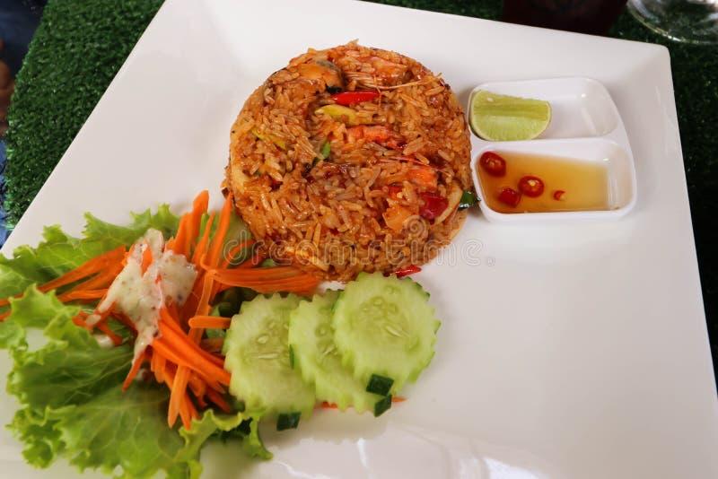 Closeup av Chili Paste Fried Rice med räka på den vita maträtten arkivfoton