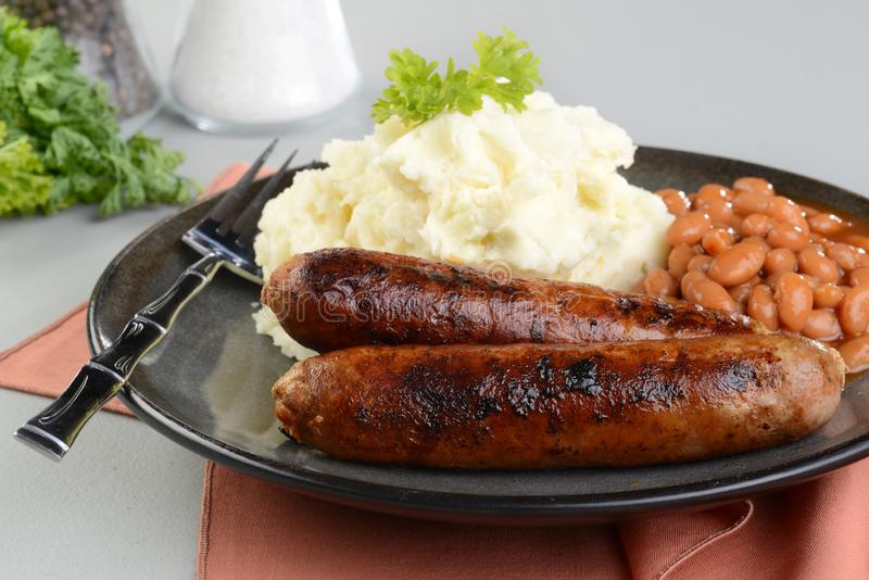 Closeup av chorizokorvar med den mosade potatisen och vita b?nor i tomats?s fotografering för bildbyråer