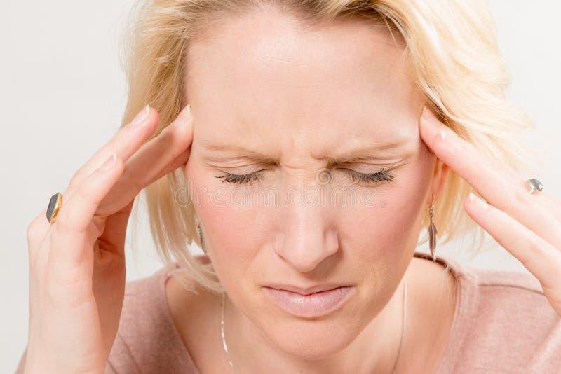 Closeup av damen med sträng huvudvärk royaltyfri bild