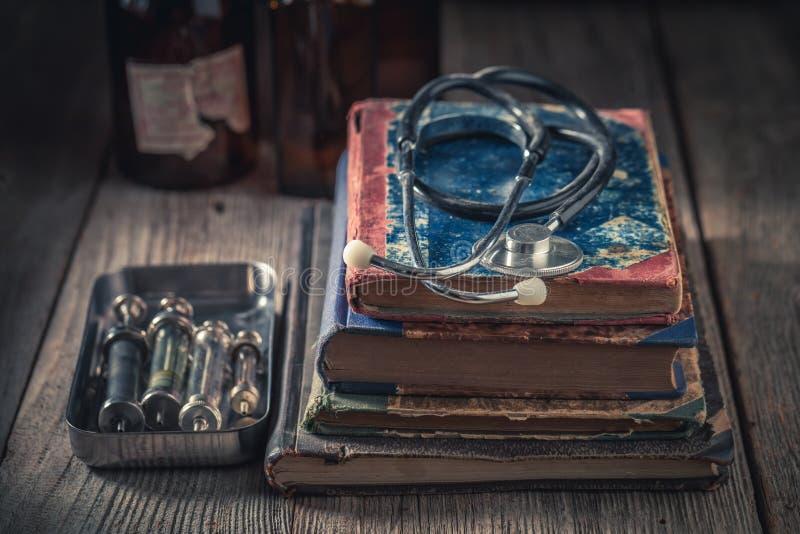 Closeup av den antika stetoskopet som medicinskt utbildningsbegrepp arkivfoto