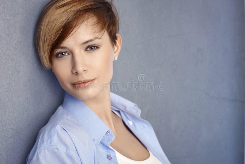Closeup av den attraktiva unga kvinnan arkivfoto