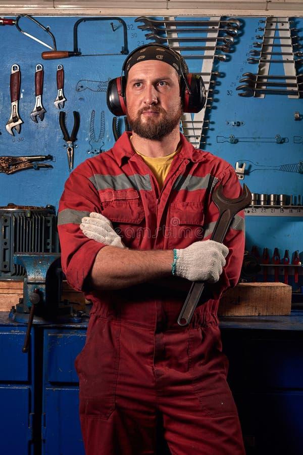 Closeup av den automatiska mekanikern Service för auto reparation Bakgrund för funktionsdugliga hjälpmedel Garage för auto repara arkivbild