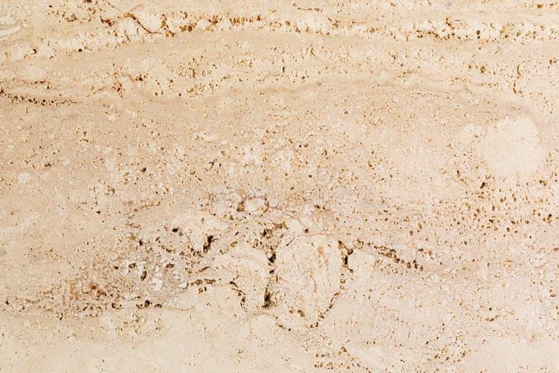 Closeup av den beige por?s sten texturerade v?ggen arkivbilder