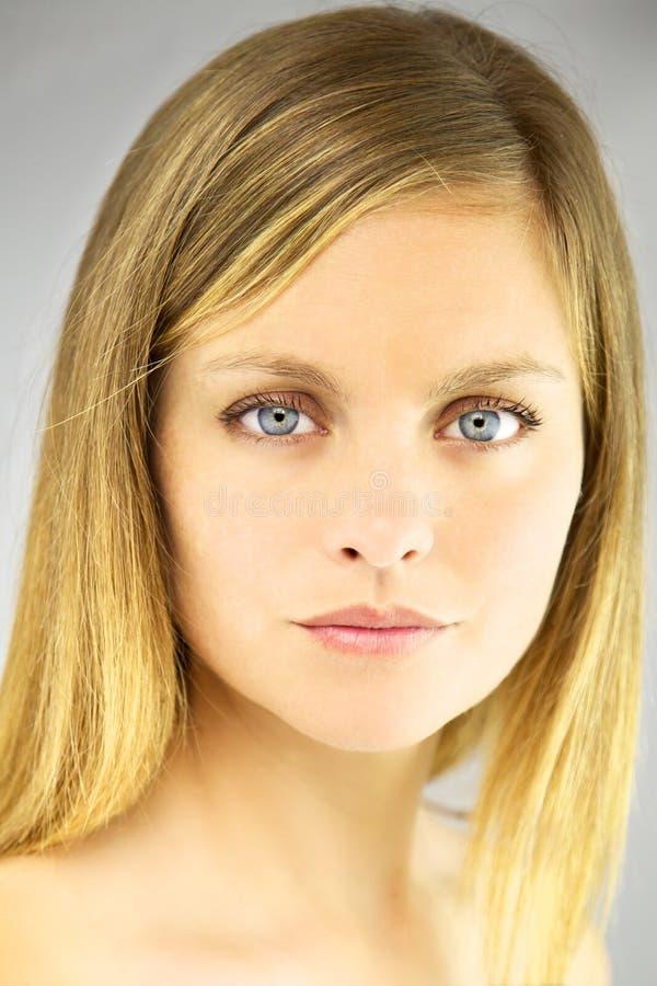 Closeup av den blonda kvinnan med mjuk makeup royaltyfria bilder