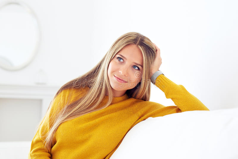 Closeup av den eftertänksamma unga kvinnan arkivbild