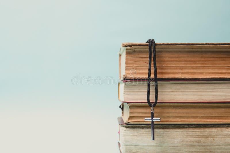 Closeup av den enkla kristenkorshalsbandet på den heliga bibeln arkivfoton