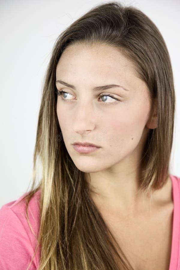 Closeup av den fundersamma allvarliga kvinnliga tonåringen arkivbilder