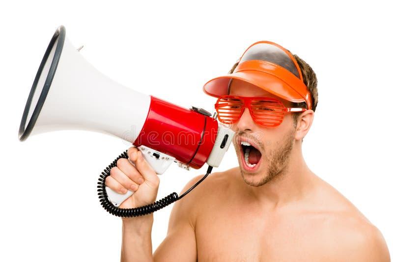 Closeup av den galna livräddaremannen som ropar i megafon på vit royaltyfri foto