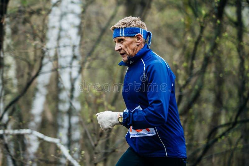 Closeup av den gamla idrotts- löparen och konkurrenten arkivfoto