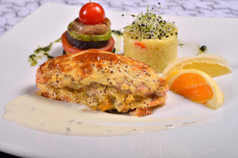 Closeup av den grillade laxen och grönsaker, meny från en restauran royaltyfria bilder