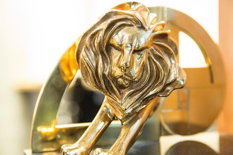 Closeup av den guld- cannes lejontrofén, fors på Cannes lejonfestiv arkivfoto