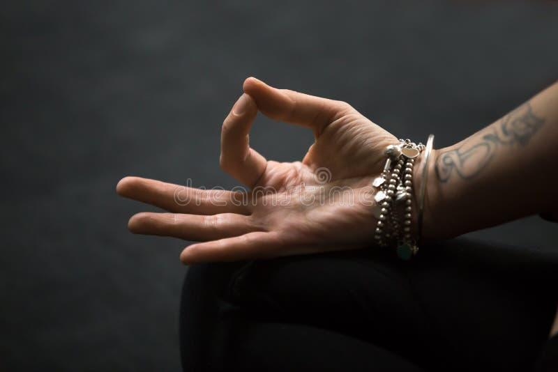 Closeup av den Gyan mudraen, andlig gest som utförs med kvinnlign fotografering för bildbyråer