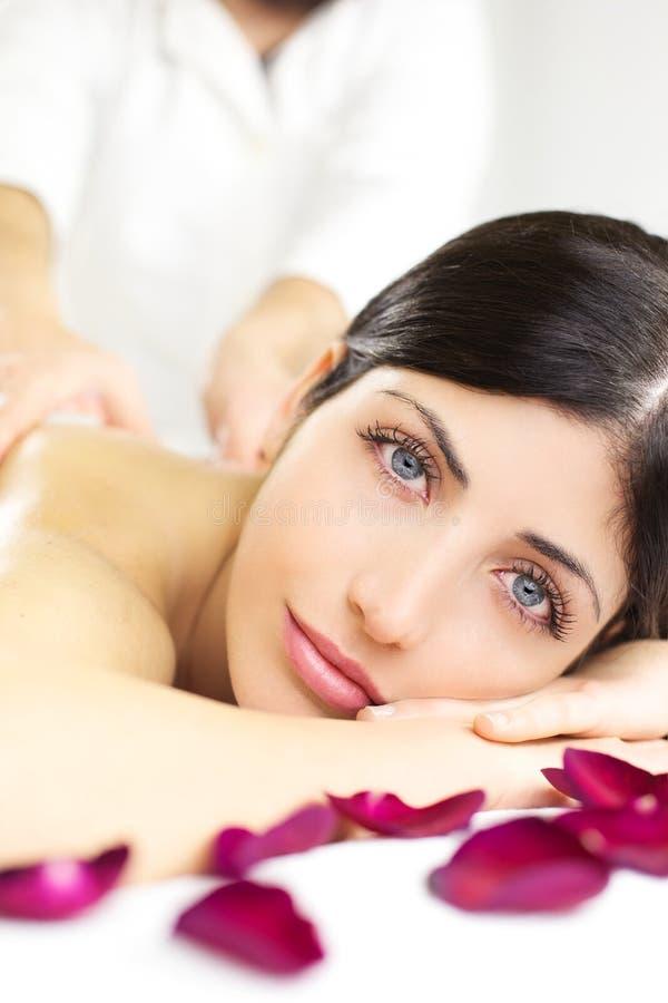 Closeup av den härliga kvinnan som får avslappnande massage i brunnsort arkivbilder
