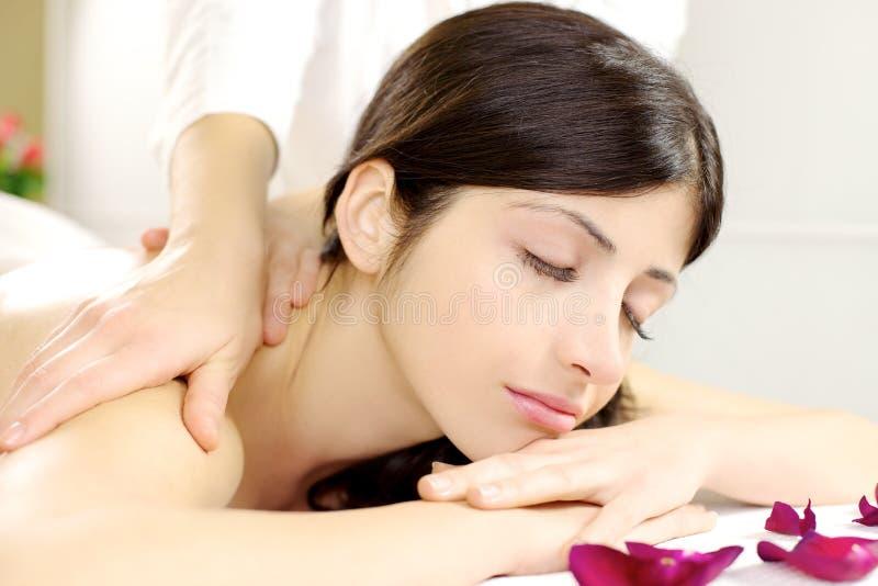 Closeup av den härliga kvinnan som kopplar av under massage royaltyfri fotografi