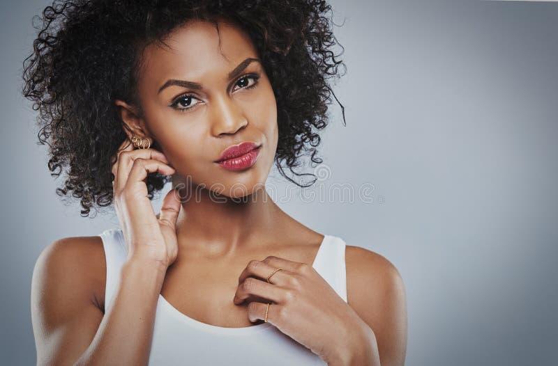 Closeup av den härliga svart kvinna royaltyfri fotografi