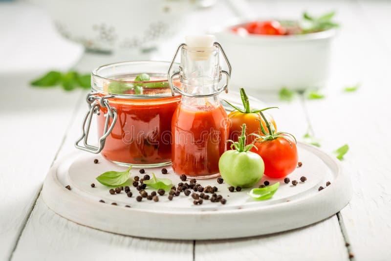 Closeup av den hemlagade och smakliga passataen som göras av tomater arkivfoton