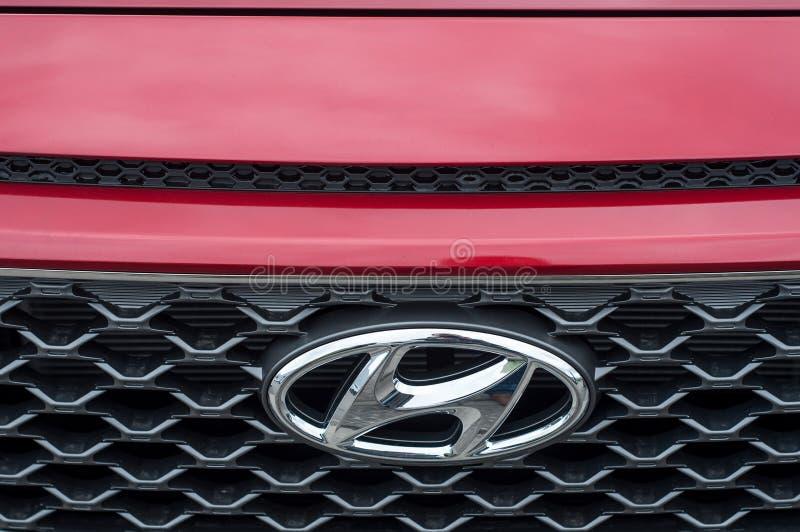 Closeup av den Hyundai logoen på bilframdel royaltyfri bild