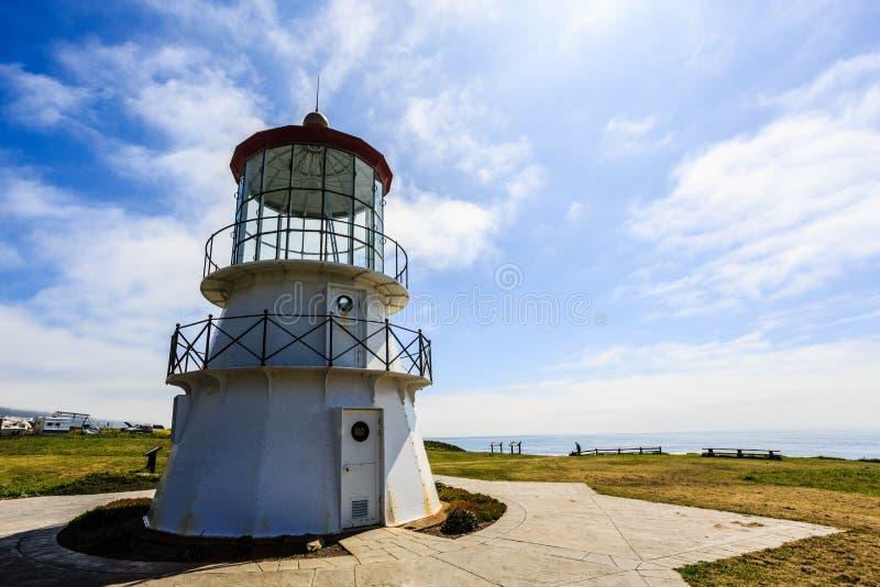 Closeup av den korta kust- fyren längs kust av Kalifornien arkivfoto