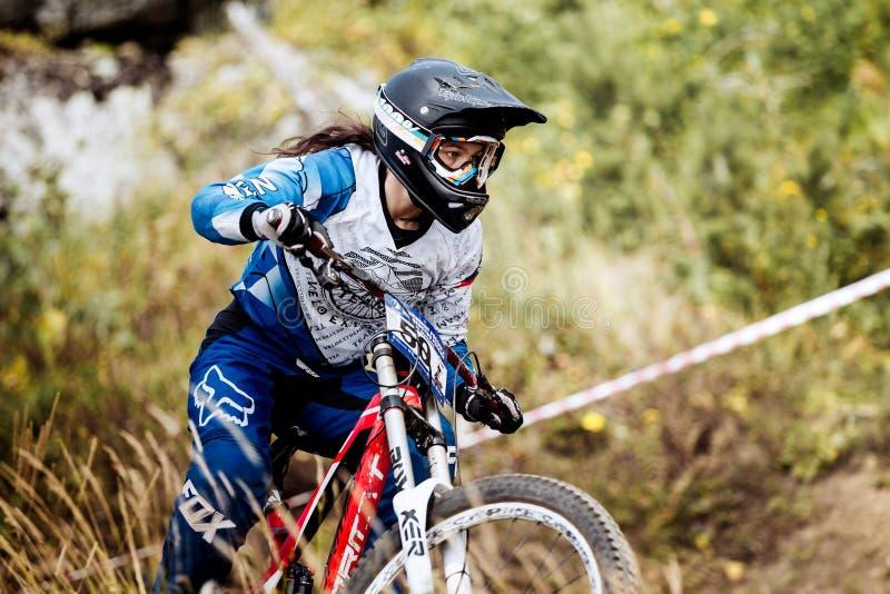 Closeup av den kvinnliga extrema racerbilcykeln arkivfoton