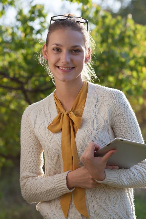 Closeup av den lyckliga kvinnan i exponeringsglas med minnestavlaPC royaltyfri bild