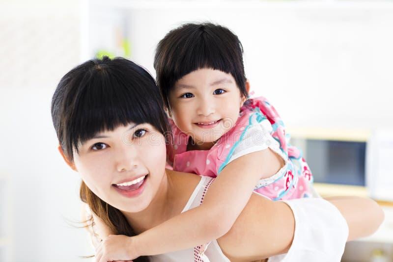 Closeup av den lyckliga lilla flickan och modern arkivfoton
