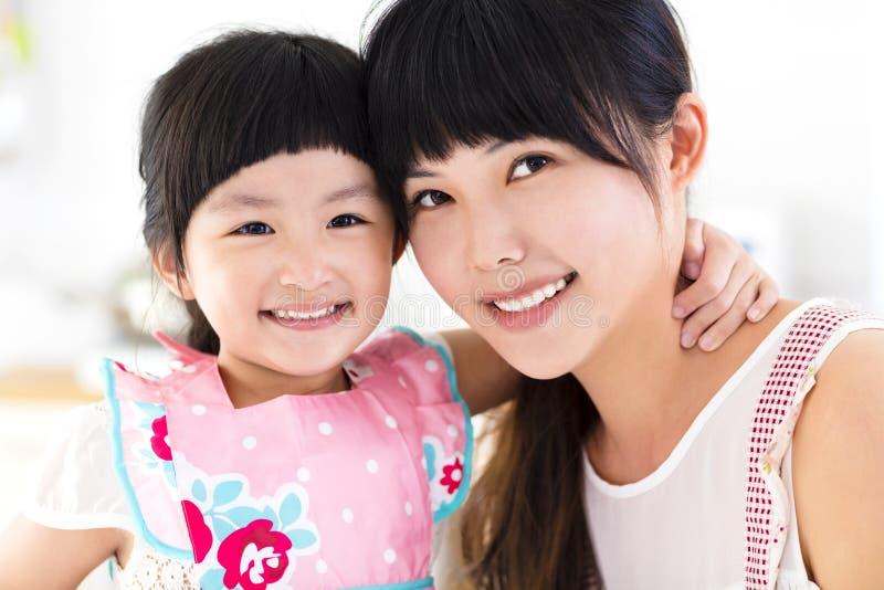 Closeup av den lyckliga lilla flickan och modern arkivbild