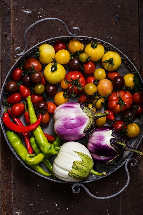 Closeup av den metalliska korgen med nya grönsaker fotografering för bildbyråer