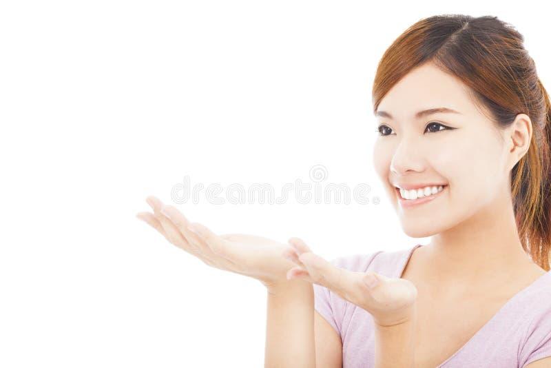 Closeup av den nätta kvinnan som ser riktningen av handgesten arkivbilder