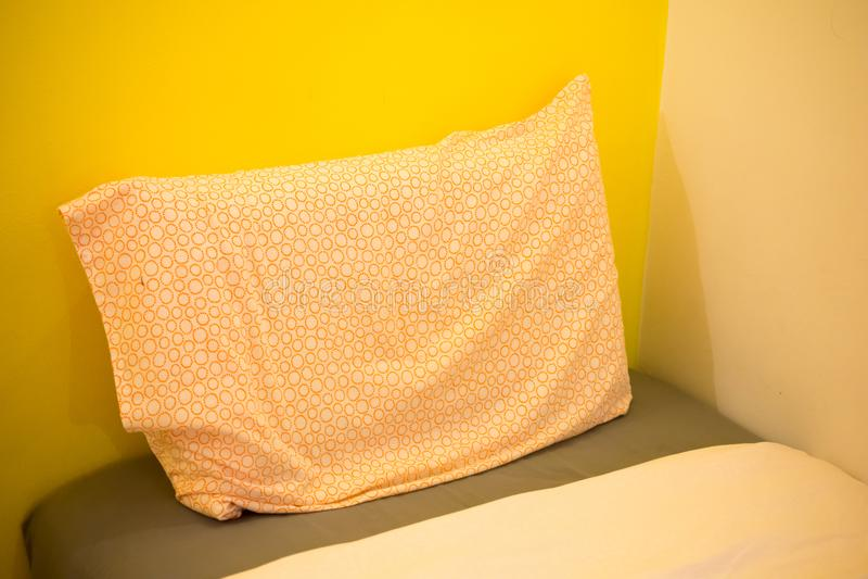 Closeup av den nya sängnappen med dekorativa kuddar, huvudgavel royaltyfri fotografi