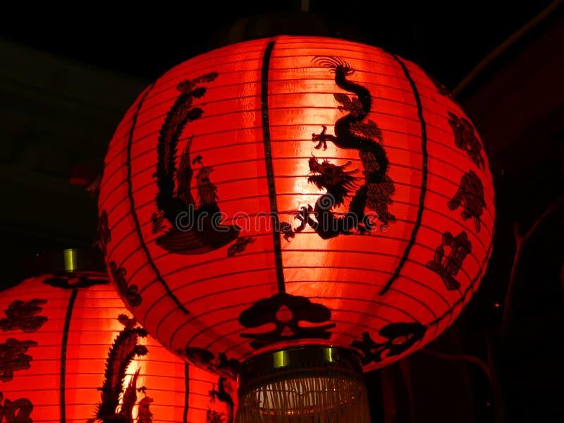 Closeup av den röda kinesiska pappers- lyktan med fågeln och draken arkivbilder