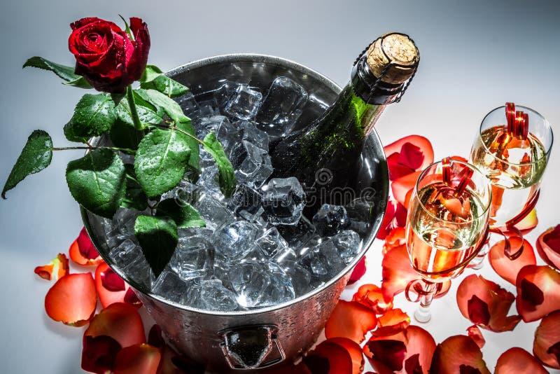Closeup av den röda ron och champagne fotografering för bildbyråer