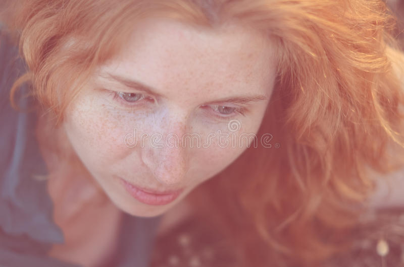 Closeup av den rödhåriga flickan med att se för fräknar arkivbilder