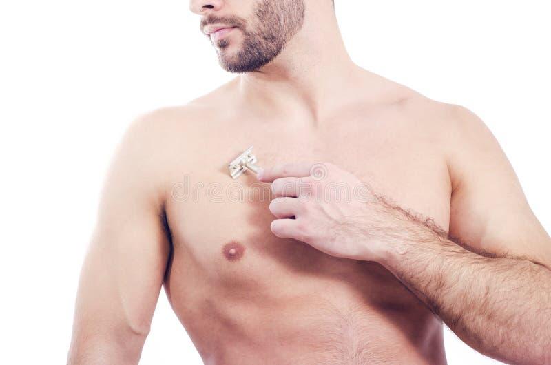 Closeup av den skäggiga mannen som rakar bröstkorgen fotografering för bildbyråer