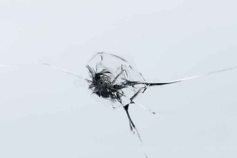 Closeup av den spruckna vindrutan med klyftalinjer, abstrakt bakgrund med kopieringsutrymme royaltyfri foto