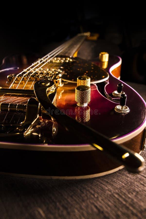 Closeup av den sunburst elektriska gitarren med den mässingsmekaniker och brien arkivfoto