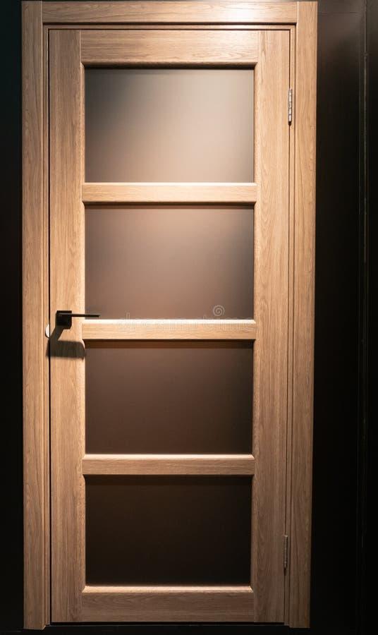 Closeup av den trädörren för hem- rum med få matt exponeringsglasfönsterramar royaltyfri fotografi