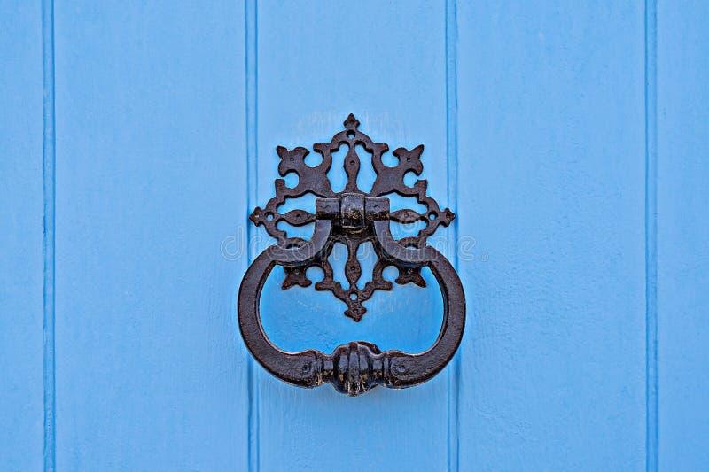 Closeup av den traditionella maltese dörrdrevkarlen på blå dörr arkivfoton