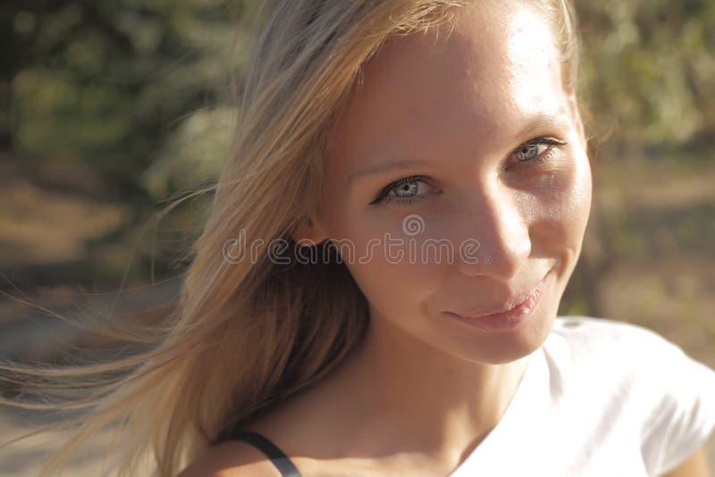 Closeup av den unga härliga le blonda kvinnan royaltyfria foton