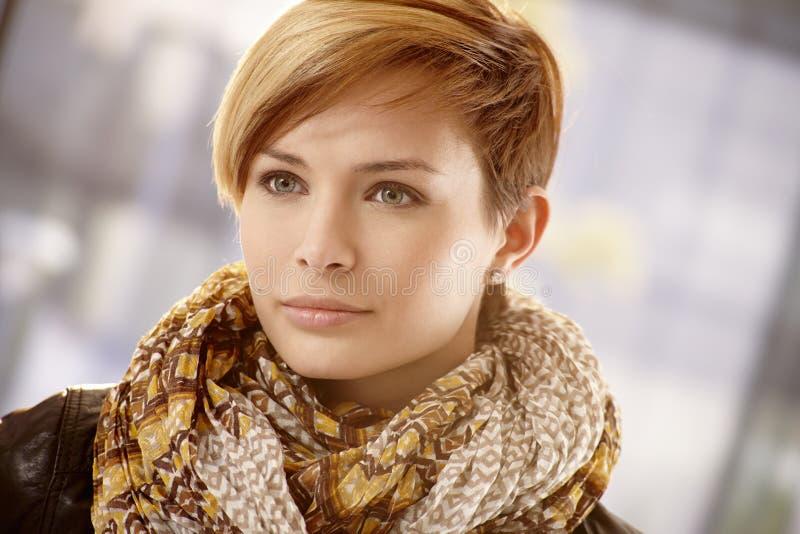 Closeup av den unga kvinnan i halsduk på en vårdag arkivbilder