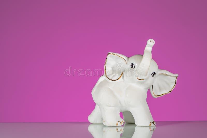 Closeup av den vita elefanten som göras av porslin royaltyfri fotografi