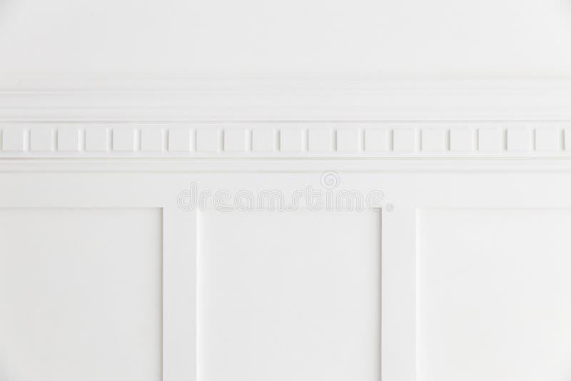 Closeup av den vita väggen för enkelhet med fyrkantig textur för modellpanelbakgrund royaltyfria bilder