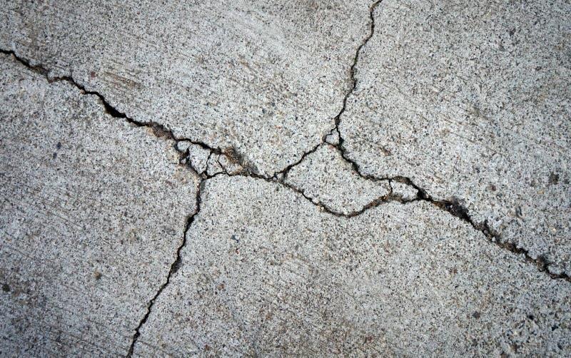 Closeup av det brutna eller skadade cementgolvet royaltyfri bild
