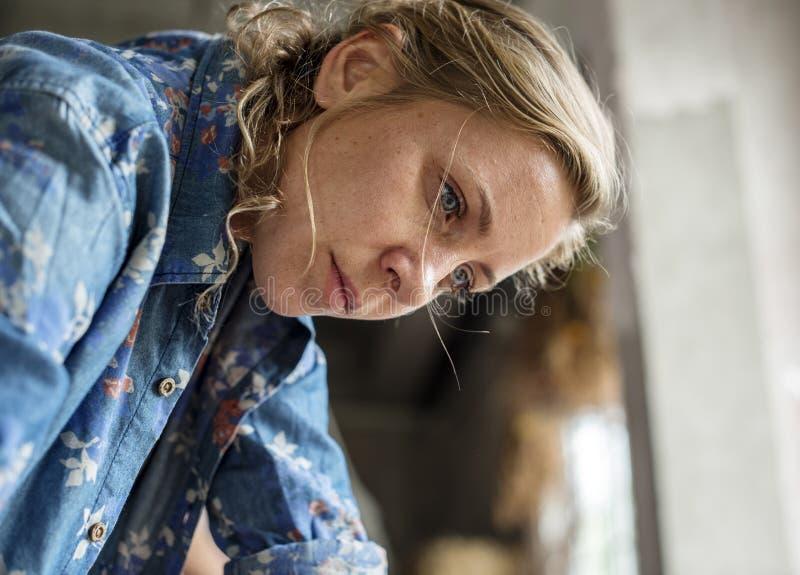 Closeup av det Caucasian uttryckt för funktionsduglig framsida för kvinna fundersamma royaltyfri fotografi