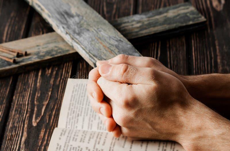 Closeup av det enkla träkristna korset arkivbilder