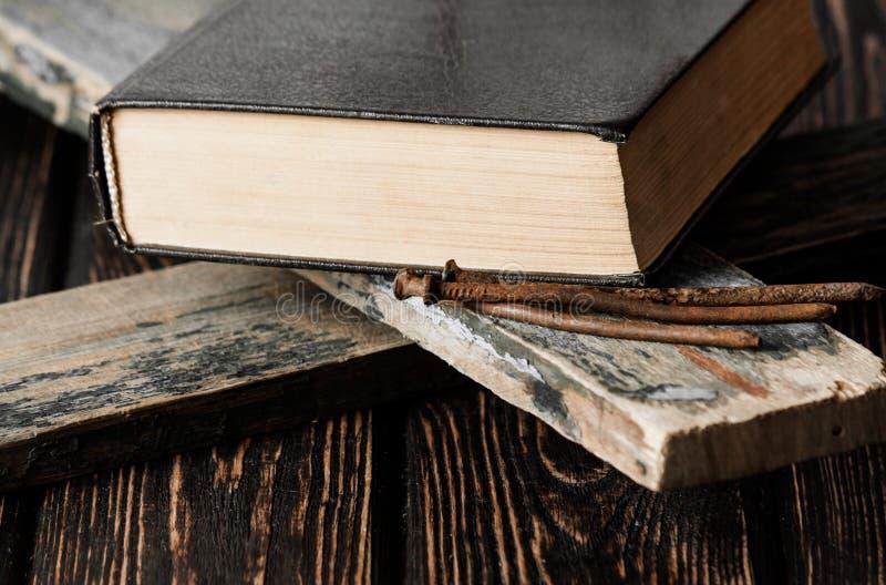 Closeup av det enkla träkristna korset fotografering för bildbyråer