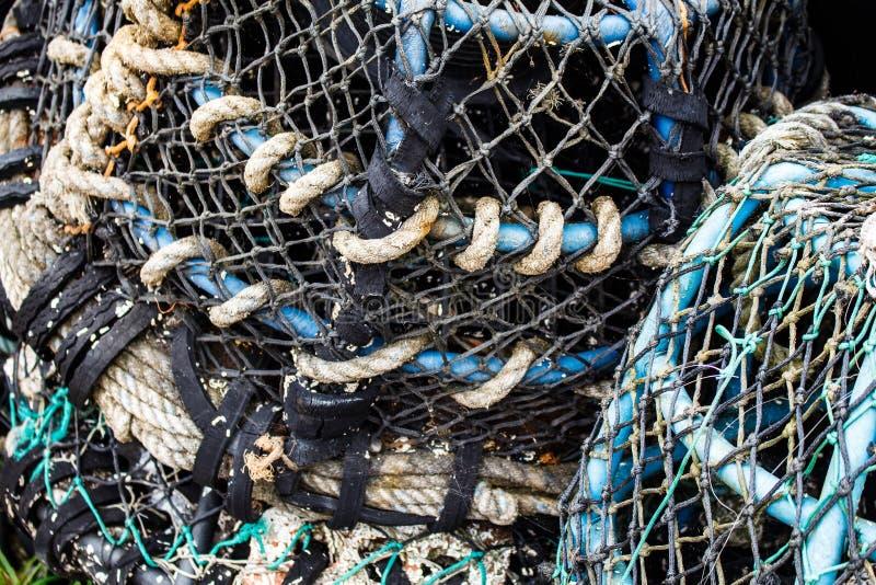 Closeup av det gamla färgrika förtöja rep och fiskekugghjulet fotografering för bildbyråer